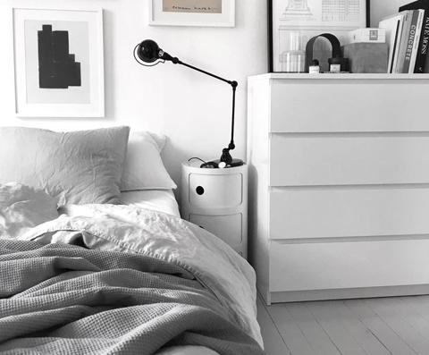 Per un arredo con stile, osate la grande applique al di sopra del letto