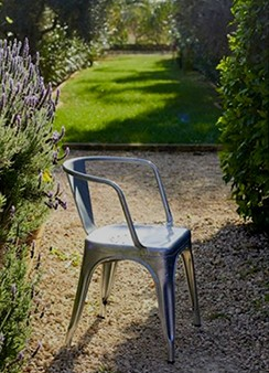 A Stapelbarer Stuhl lackierter Rohstahl