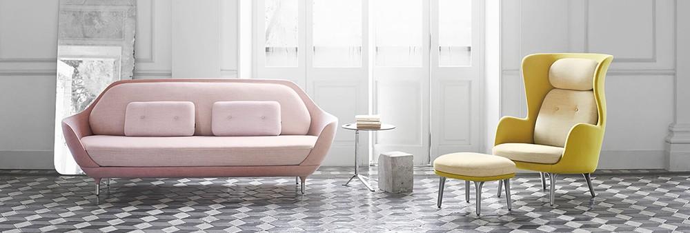 Canapé droit Favn, fauteuil rembourré Ro et Guéridon Little Friend de la marque Fritz Hansen